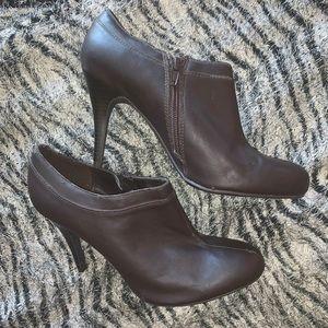 Merona 8 brown thin heel with side zipper.